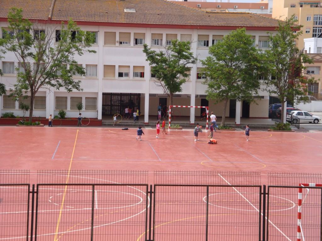 Niños jugando en el patio del colegio