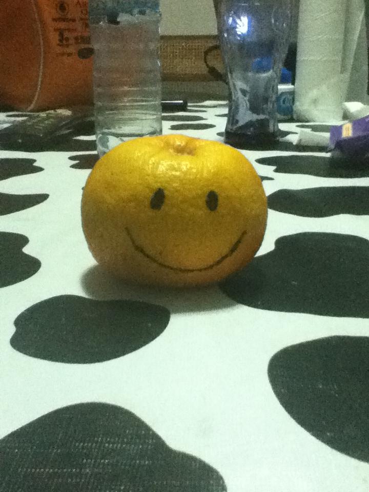Una naranja con una sonrisa pintada