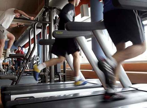 Maquinas de correr en un gimnasio